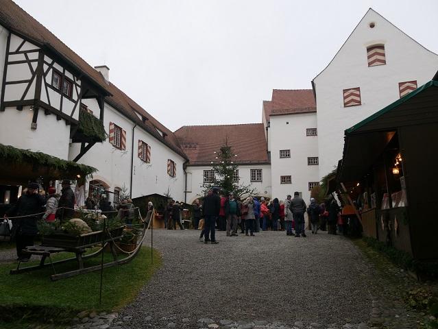 Weihnachtsmarkt Schloss Kronburg - Blick in den Schlosshof