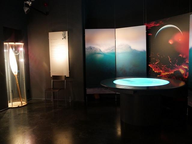 Bildschirme und Vitrine in der Südseesammlung Obergünzburg