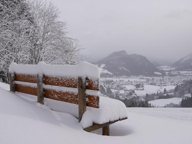 Schneebank mit Panoramablick