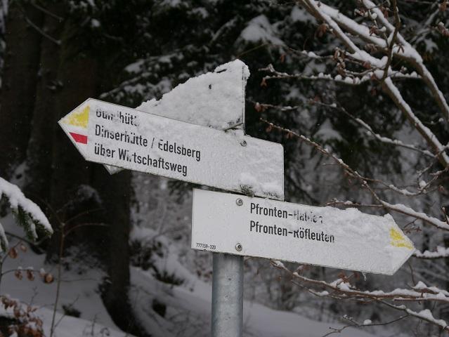 Wegweiser zur Gundhütte im Schnee
