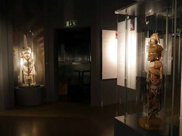 idealer Häuptling (Uli-Figur) und Seelenurne in der Südseesammlung Obergünzburg