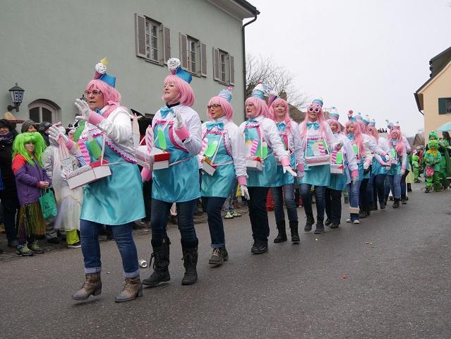tanzende Eisverkäufer auf dem Faschingsumzug Obergünzburg 2018