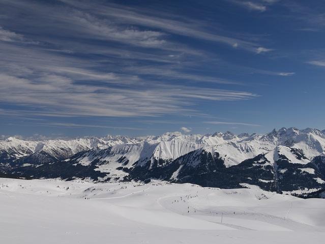 Panoramablick über die Skipiste am Hohen Ifen in die Berge