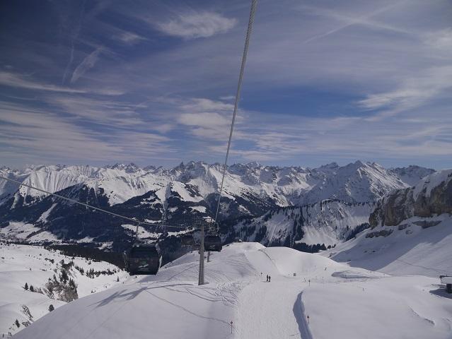 Talfahrt mit Panoramablick aus der Gondel der Ifenbahn