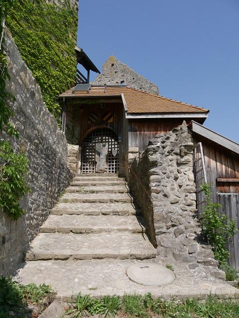 Steintreppe zum Burgtor in der Burgruine Sulzberg