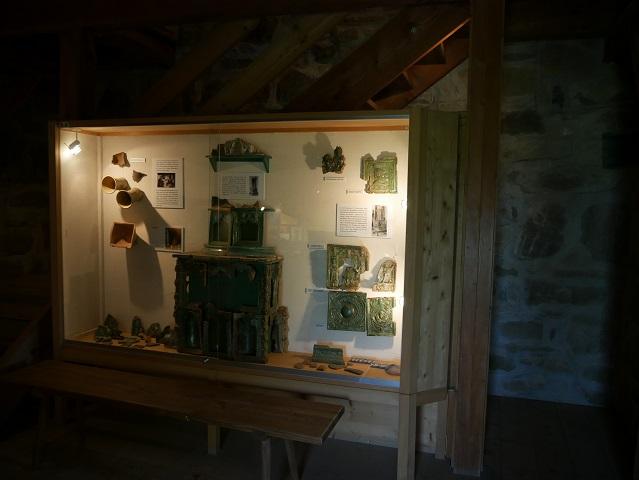 Vitrine im Burgenmuseum der Ruine Sulzberg