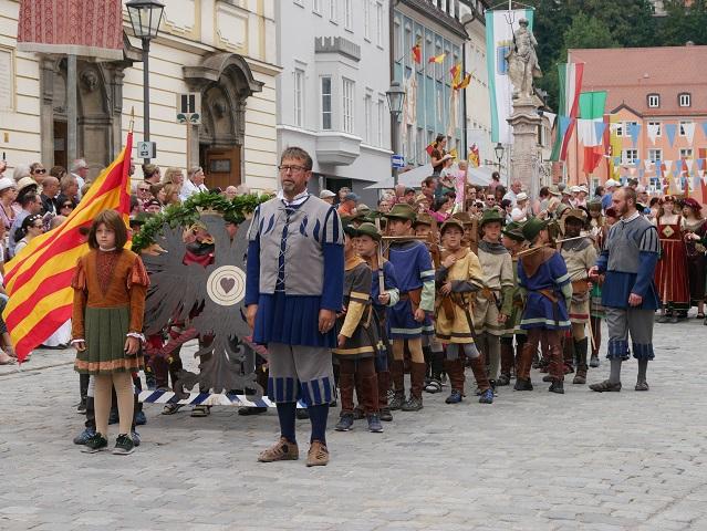 Armbrustschützen im Gefolge von Kaiser Maximilian I auf dem Tänzelfest 2018 in Kaufbeuren