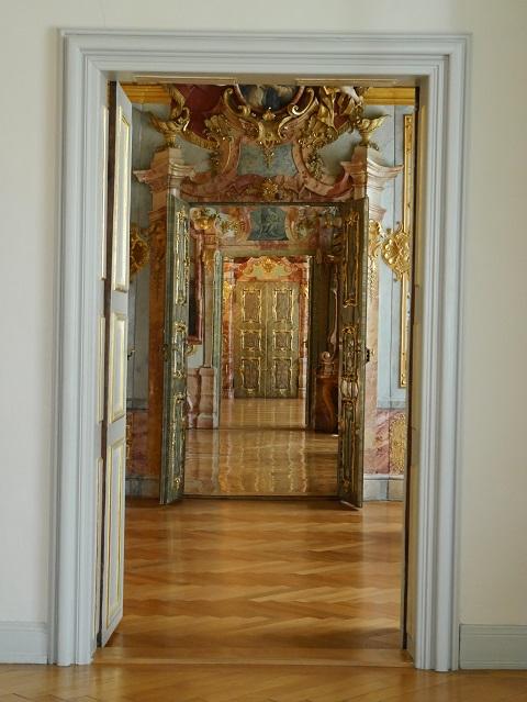 Blick durch die Türen der fürstäbtlichen Residenz Kempten