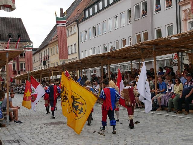 Fahnenschwinger beim Einzug von Kaiser Maximilian I nach Kaufbeuren - Tänzelfest 2018