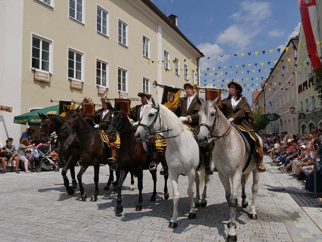 Fanfarenbläser zu Pferd auf dem Frundbergbest Mindelheim