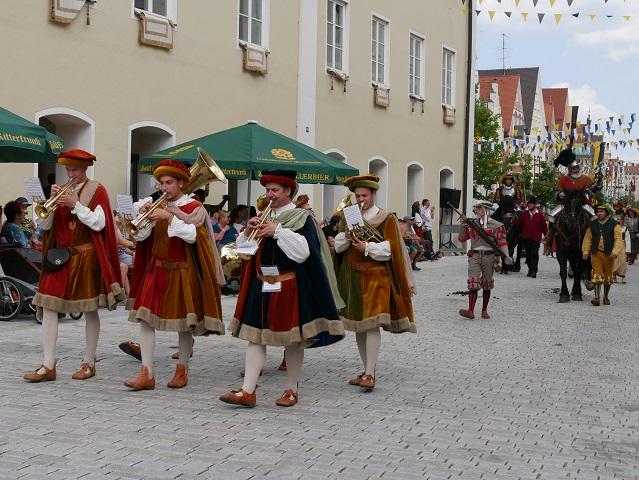 Musikgruppe und Georg von Frundsberg auf dem Historischen Festumzug 2018