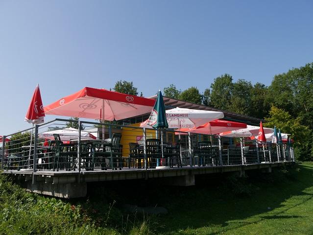 Sitzplätze am Kiosk im Freibad Leutkirch