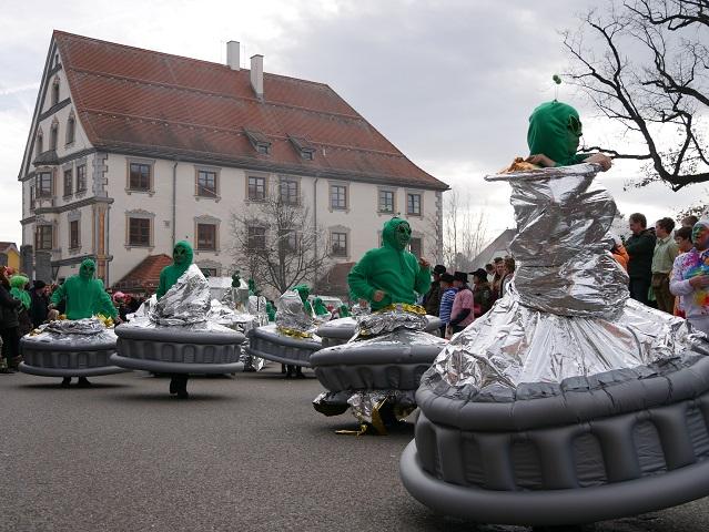 Faschingsumzug Obergünzburg 2019 - Außerirdische vor dem Rathaus