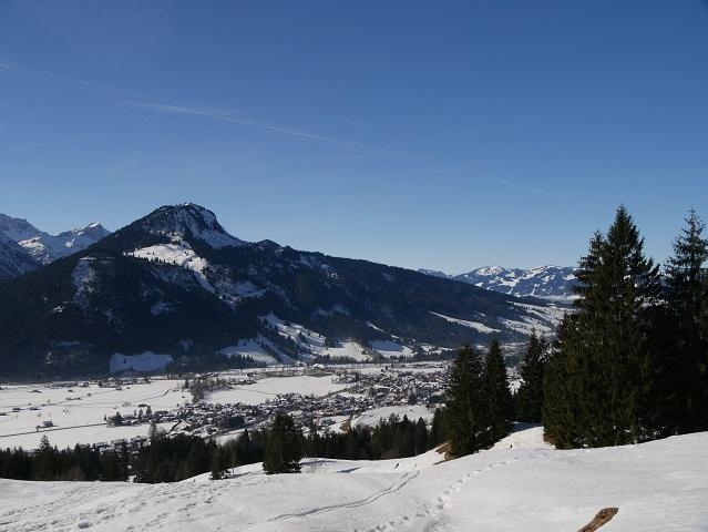 Aussicht auf Bad Hindelang und das Imberger Horn im Winter