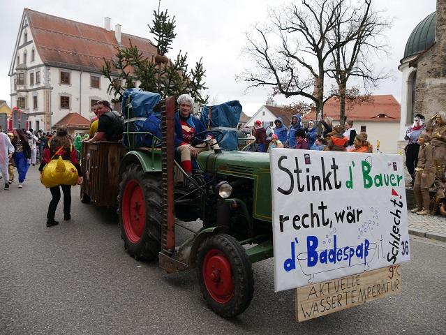 rollendes Badefaß auf dem auf dem Faschingsumzug Obergünzburg 2020