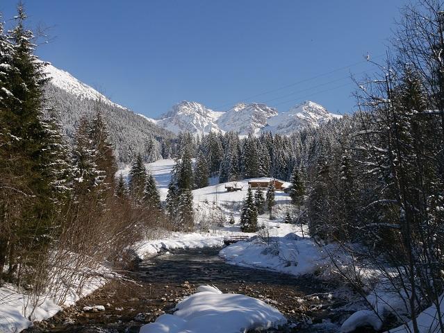Blick über die Breitach auf die Schafalpköpfe im Winter