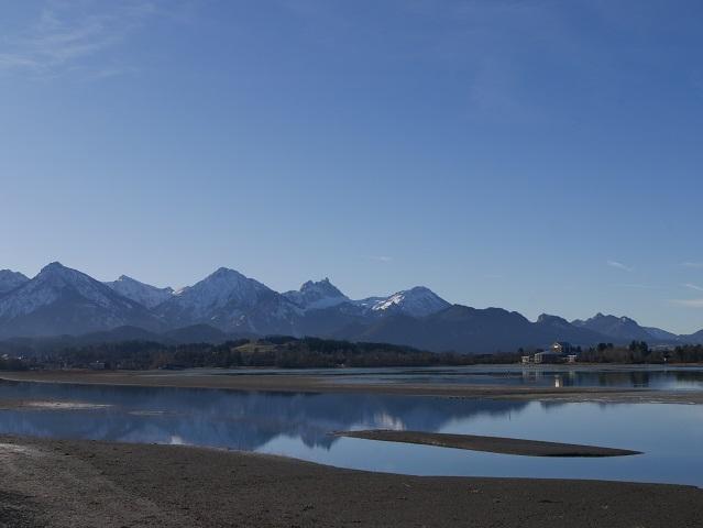 Blick über den Forggensee aufs Festspielhaus Füssen im Winter