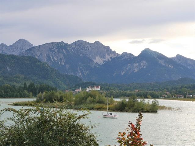 Blick über den Forggensee auf das Hohe Schloss zu Füssen