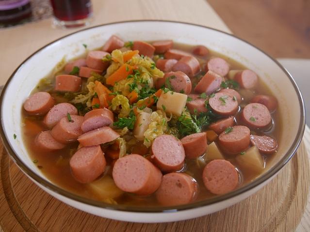 Gemüsesuppe mit Wienerle in der Bergmangalpe