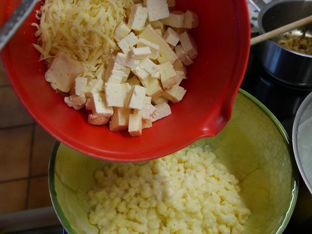 Käse auf Spätzleschicht füllen