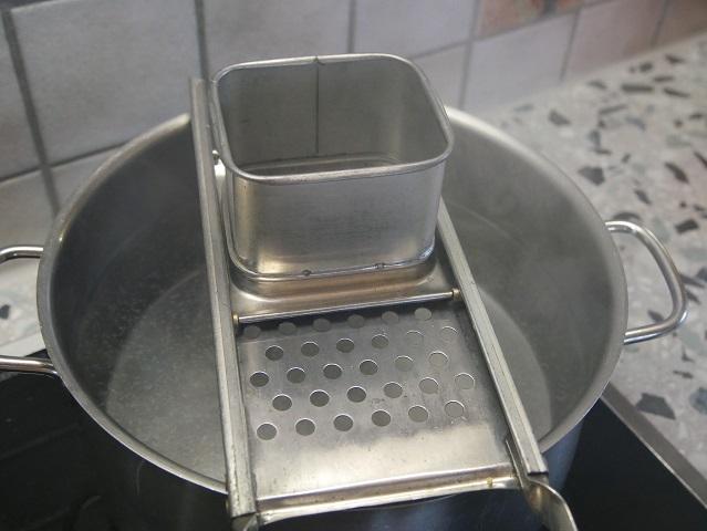 Spatzenhobel auf Topf mit kochendem Wasser