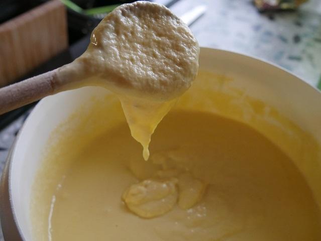 Teigbeschaffenheit prüfen - Spätzleteig nach dem Käsespätzle-Rezept unserer Familie