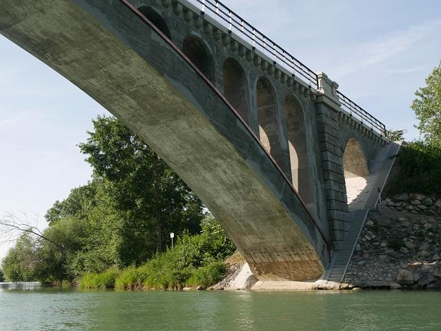Kanufahren auf der Iller - unter der Historischen Brücke Illerbeuren