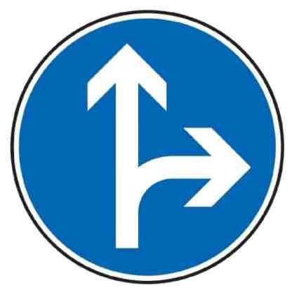 Vorgeschriebene Fahrtrichtung geradeaus und rechts - Verkehrszeichen nach StVO