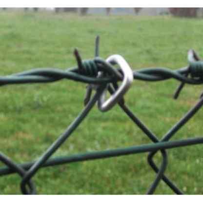 Stacheldraht mit Zaun verbunden