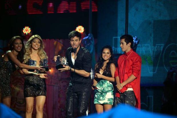Enrique Iglesias y Romeo Santos brillaron en Premios Juventud