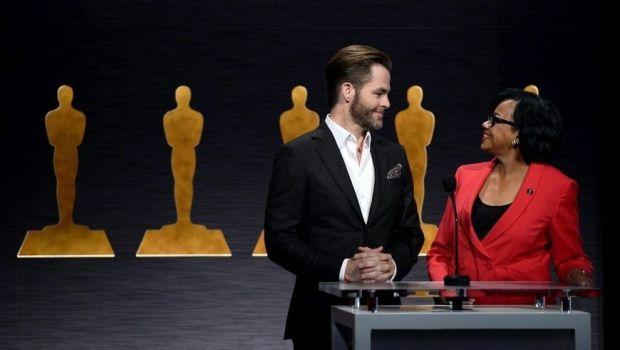 Chris Pine y la presidenta de la Academia de Hollywood, Cheryl Boone Isaacs durante el anuncio de los nominados.