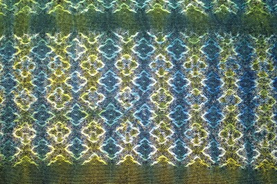 Woven shibori sample #2, weft ties every 4 threads, painted yellow on one side and blue on the other, front side