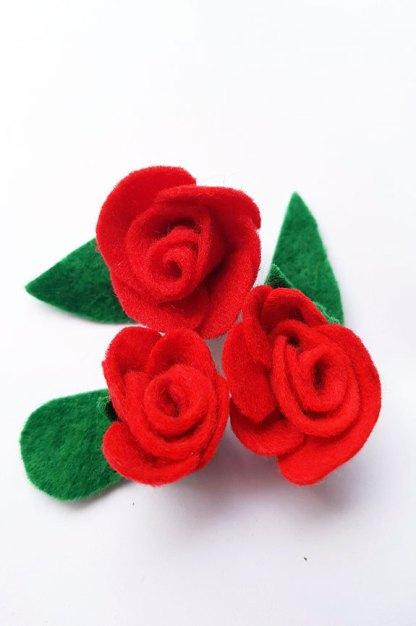 broche rosa roja