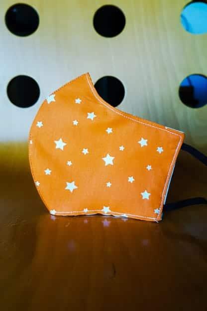 mascarilla estrelas naranjas