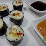 Rohkost-Sushi-mit-scharfer-Erdnusssoße