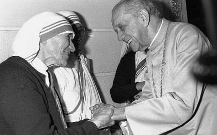 Dom Helder Camara con madre Teresa en 1985