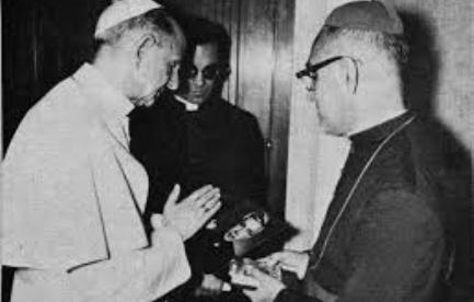 Pablo VI bendice la foto de Rutilio Grande que le muestra Romero