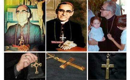 """Las cruces pectorales utilizadas por monseñor Romero. La primera de la derecha fue la menos usada, la de la izquierda, con un sencillo """"IHS"""" era la que llevaba con mayor frecuencia y fue sepultada junto con él."""