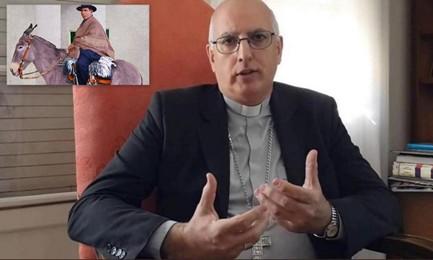 El postulador de la canonización, monseñor Santiago Olivera. En el recuadro la imagen clásica del Cura Gaucho a lomo de mula