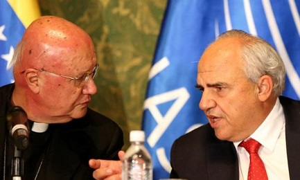 El representante vaticano Claudio Celli y el secretario de UNASUR Samper (Reuters)