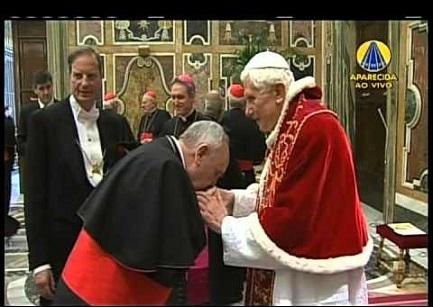 28 de febrero de 2013. Imagen televisiva de Aparecida: Benedicto saluda a Bergoglio