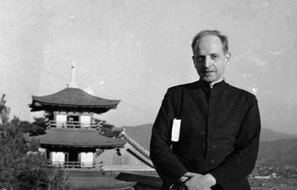 El padre Arrupe poco después de llegar a Japón como misionero