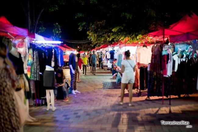 mercado nocturno en el rio mekong vientiane