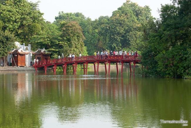 puente huc en el lago hoan kiem