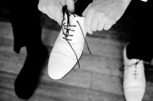 Accessoires für den Bräutigam: Mit weißen Schuhen setzt Mann moderne Akzente