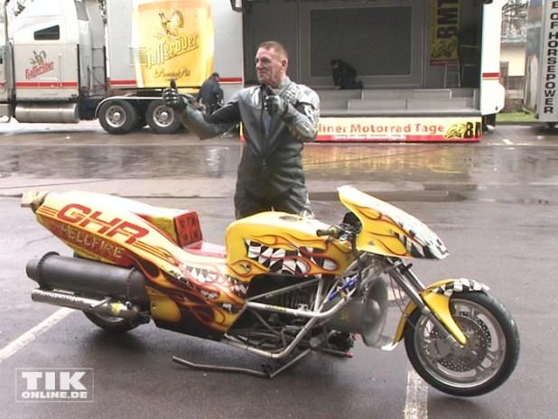 Gerd Habermann posiert mit dem von ihm gebauten schnellsten Motorrad Europas beim Warm up der Berliner Motorrad Tage BMT 2016