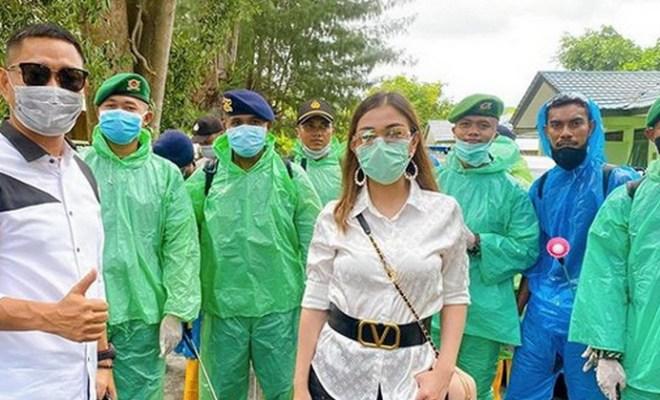 Sambil Ngungsi ke Maluku Akibat Corona, Bella Shofie dan Suami Bantu Penyemprotan Disinfektan