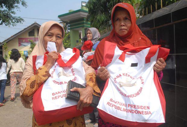 Bagi-bagi Sembako Lagi, Kali ini Jokowi Datangi Langsung Rumah Warga