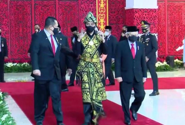 Benarkah Sepucuk Senjata Mengarah ke Perut Jokowi Saat Pimpin Upacara 17 Agustus 2020?