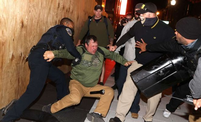 Pendukung Radikal Trump Turun ke Jalan, Seorang Ditikam, 20 Orang Ditahan